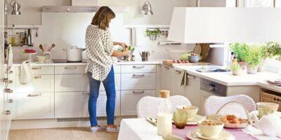 mujer-en-cocina-con-office-con-forma-de-l-en-blanco-con-armarios-cajones-y-plantas_00412946b-674x694-b0b5d006_c692bc91